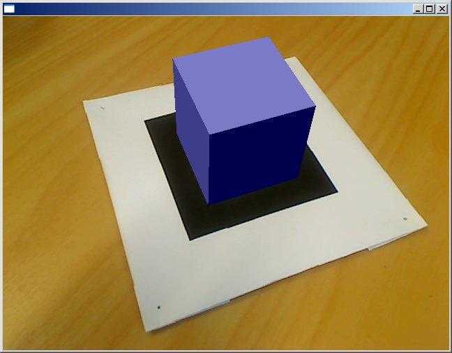Obr. 1: Modrá krychle se v reálném čase vykresluje na trasovací značku ve skutečném obraze.